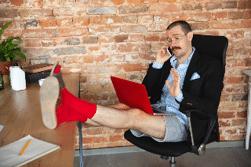 L'employeur peut-il interdire une tenue vestimentaire jugée pas assez habillée de l'un de ses salariés ?